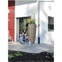 Réservoir 300 L Garantia 2 en 1 Taupe implanté sur une terrasse