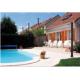 douche solaire au bord d'une piscine